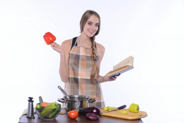 料理を作って待っていてくれる彼女