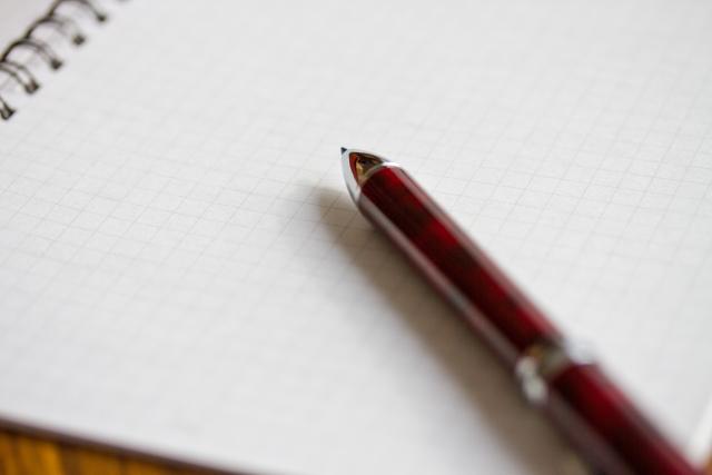 未練を紙に書き出す女性