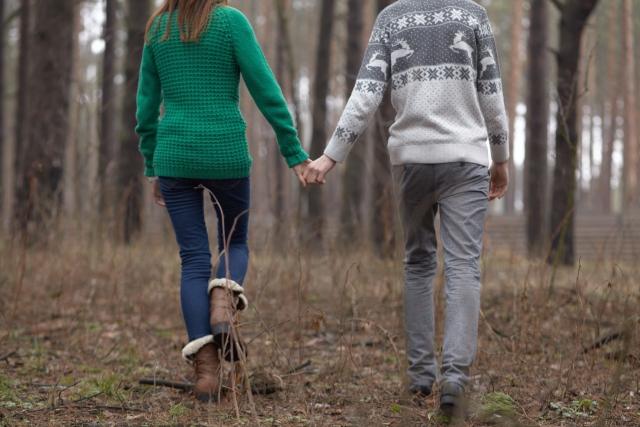 奥さんではない女性と手をつなぐ男性