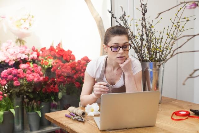 罪悪感に悩む人のブログを読む女性
