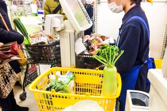 スーパーで食材を購入する人