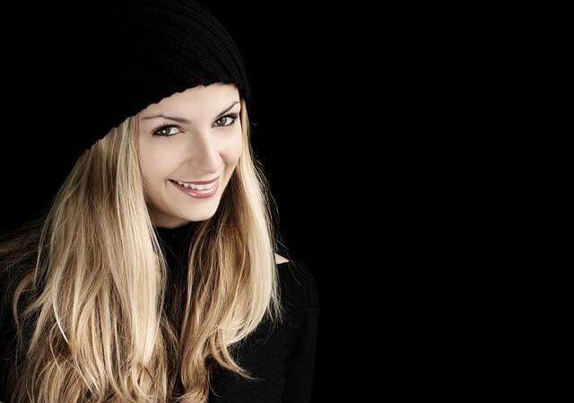 笑顔を見せる女性