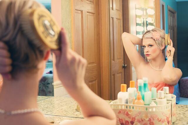 自分磨きをする女性