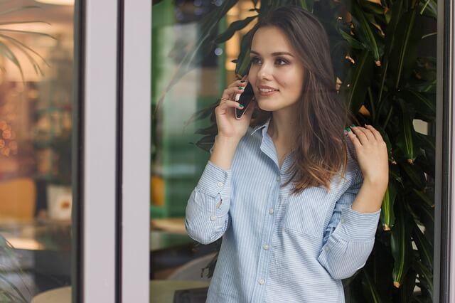 電話で様子をうかがう女性