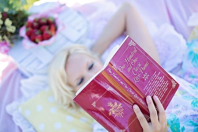 恋愛漫画を読む女性