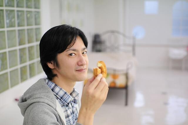 スイーツを食べる男性