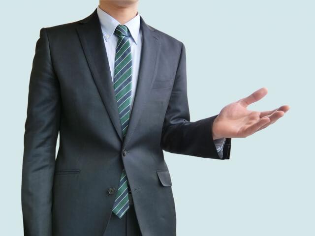 紳士的な振る舞いをする男性