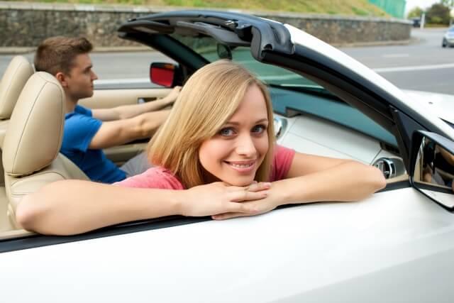 男性とドライブデートする女性