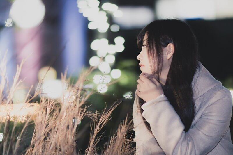 別れの原因を考える女性