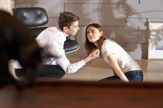 会話に参加する女性
