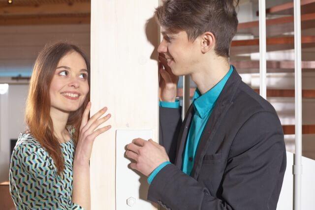 彼の表情をみる女性