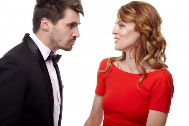 女性をデートに誘う男性