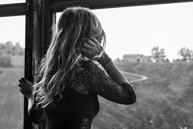 一人で恋愛の悩みを抱え込む女性
