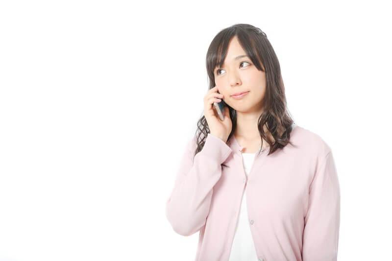 電話相談する女性